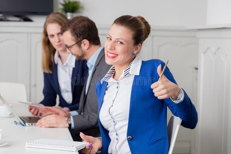 Portrait de femme d'affaires montrant des pouces pendant les affaires images stock