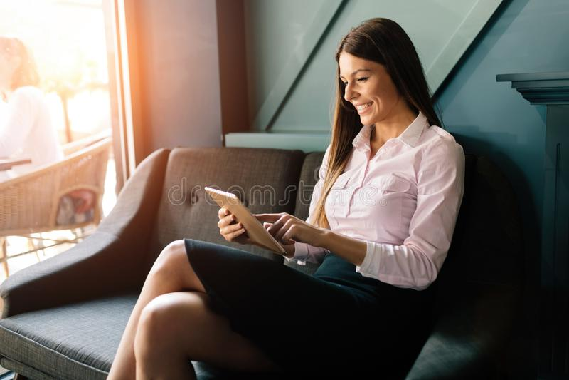 Portrait de femme d'affaires réussie tenant le comprimé numérique photos stock