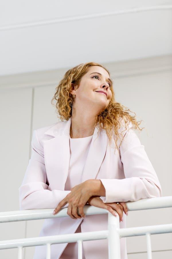 Portrait de femme d'affaires sûre dans le bureau photographie stock