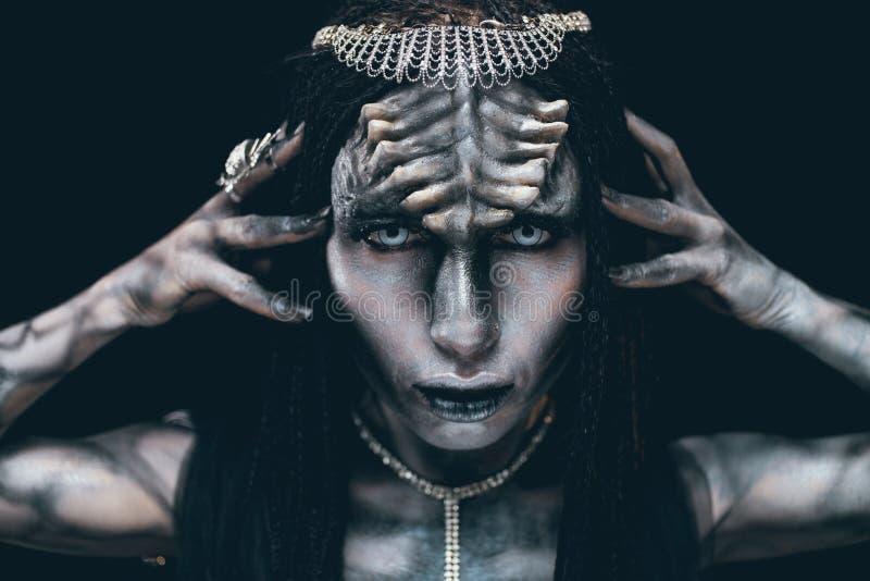 Portrait de femme dans l'image de l'étranger extraterrestre avec des klaxons images stock