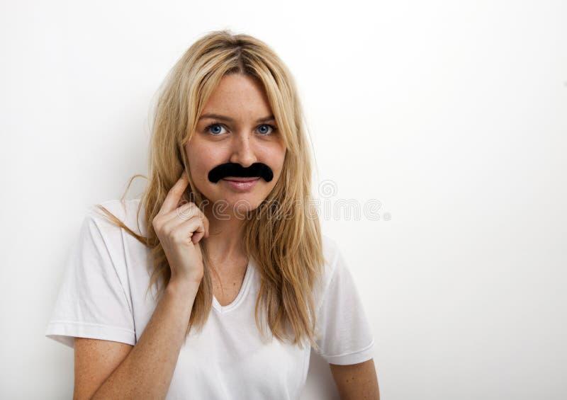 Portrait de femme dans la fausse moustache sur le fond blanc photo libre de droits