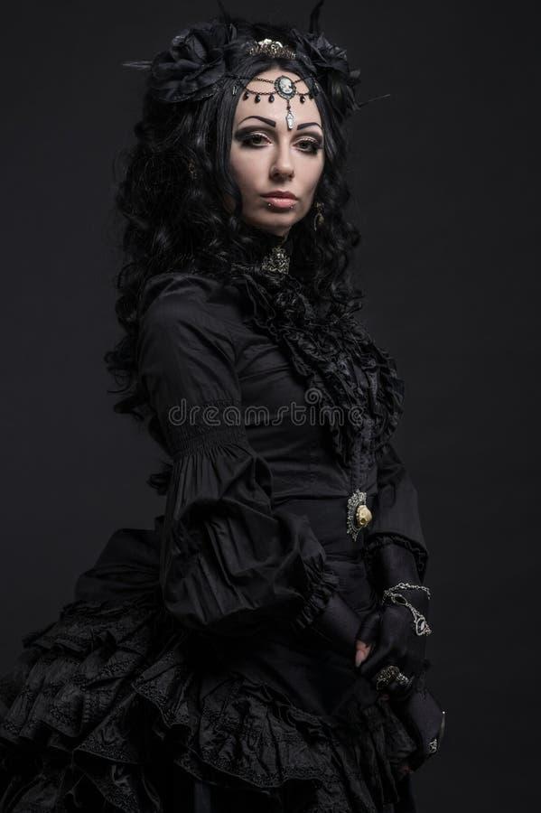 Portrait de femme dans la robe de noir de vintage photo stock