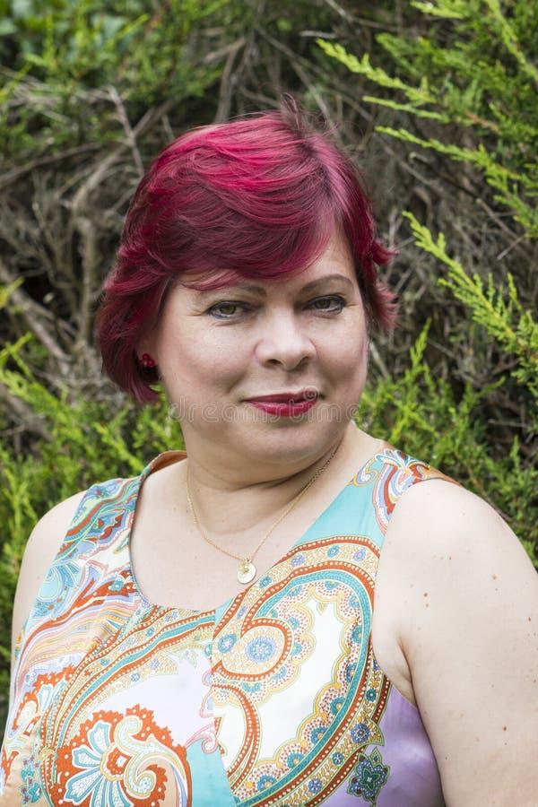 Portrait de femme dans la robe dehors photographie stock libre de droits