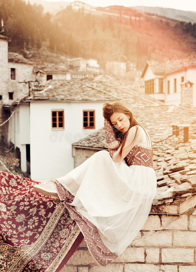 Portrait de femme dans la robe traditionnelle avec la vue à la vieille ville de Gjirokaster, héritage de l'UNESCO, Albanie photographie stock
