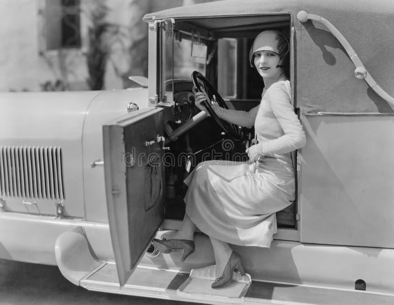 Portrait de femme dans la voiture (toutes les personnes représentées ne sont pas plus long vivantes et aucun domaine n'existe Gar photographie stock libre de droits