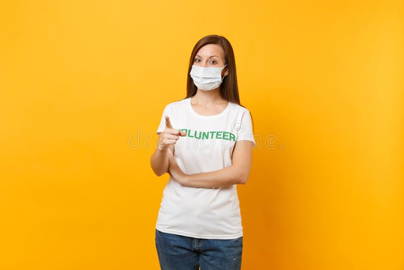 Portrait de femme dans le masque protecteur stérile blanc, T-shirt avec le volontaire écrit de titre de vert d'inscription d'isol image stock