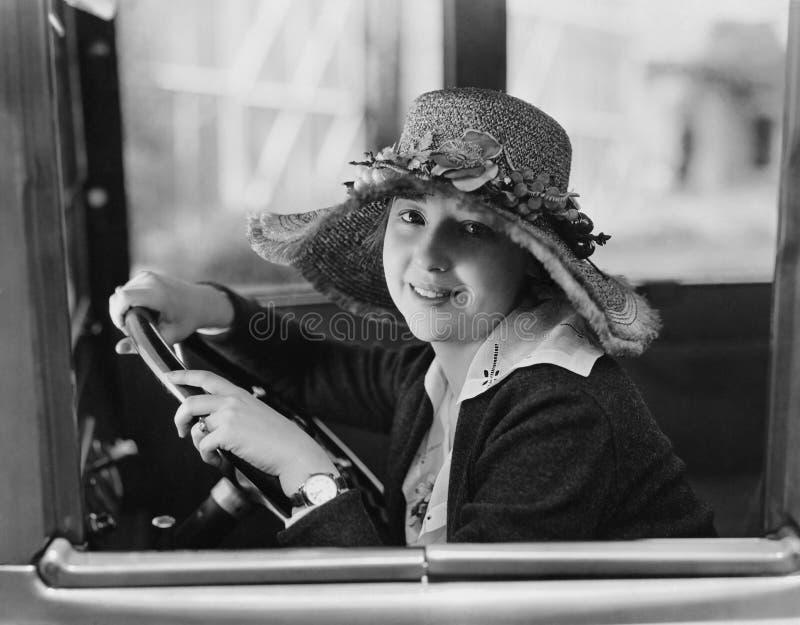 Portrait de femme dans le siège de conducteurs (toutes les personnes représentées ne sont pas plus long vivantes et aucun domaine image stock