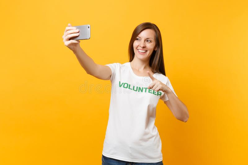 Portrait de femme dans le volontaire de titre de vert d'inscription écrit par T-shirt blanc prenant le selfie tiré au téléphone p photographie stock libre de droits