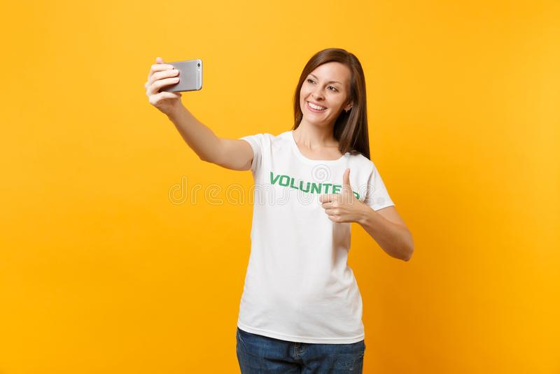 Portrait de femme dans le volontaire de titre de vert d'inscription écrit par T-shirt blanc prenant le selfie tiré au téléphone p image stock