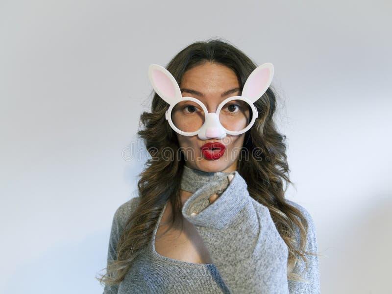 Portrait de femme de lapin de Pâques beau photo stock