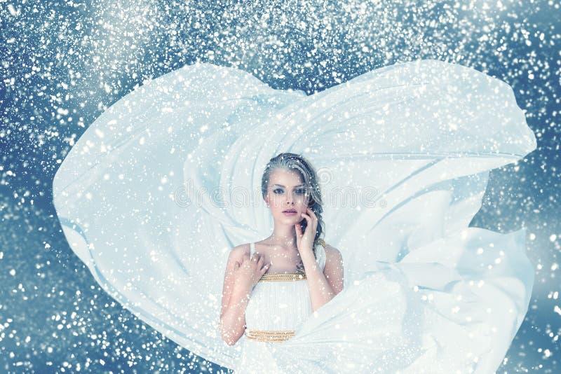 Portrait de femme de mode d'hiver de neige images libres de droits