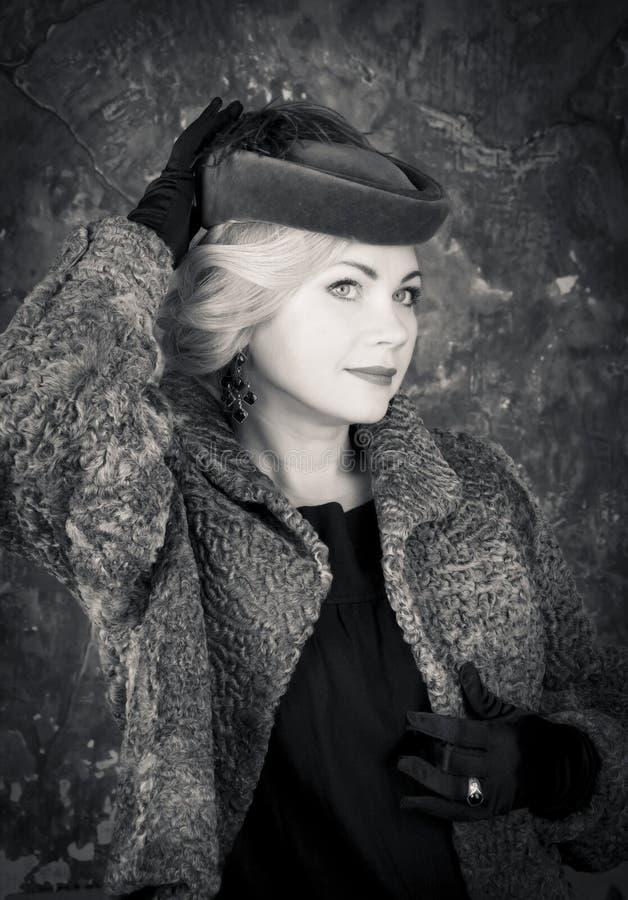Portrait de femme de mode de beauté. Style de vintage. Rétro fille de charme. images libres de droits