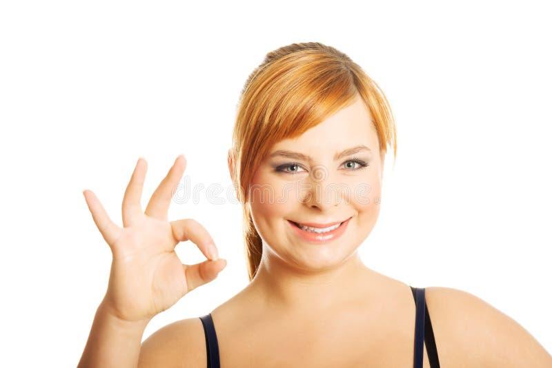 Portrait de femme de poids excessif montrant le signe CORRECT image libre de droits