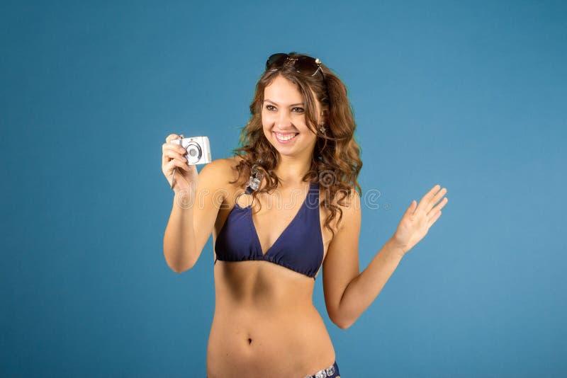 Portrait de femme de sourire avec l'appareil-photo photographie stock