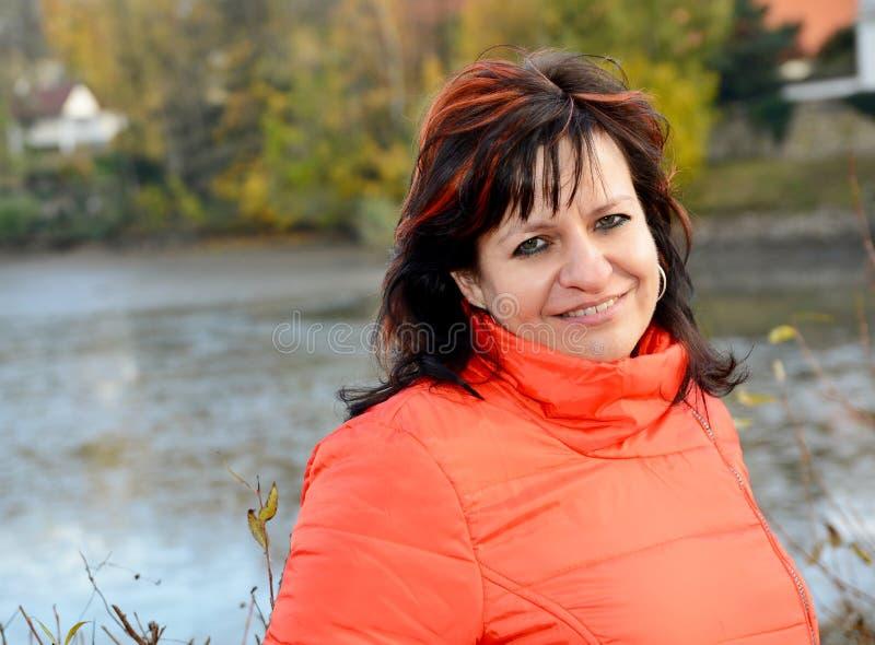 Portrait de femme en parc photographie stock libre de droits