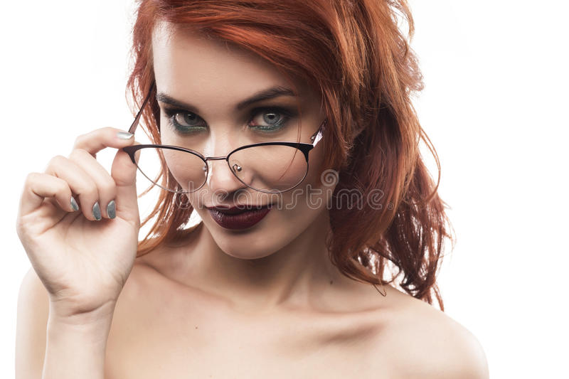 Portrait de femme en verre d'Eyewear d'isolement sur le blanc images stock