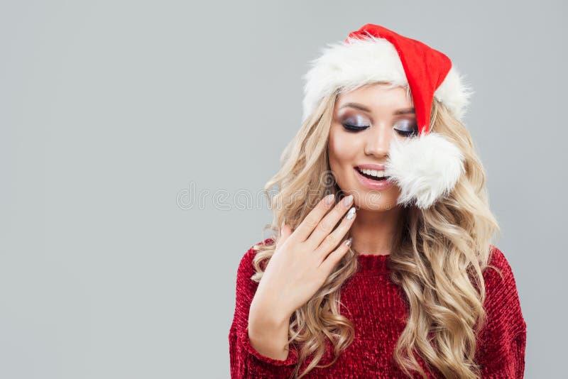 Portrait de femme enthousiaste de Noël dans le chapeau de Santa image libre de droits