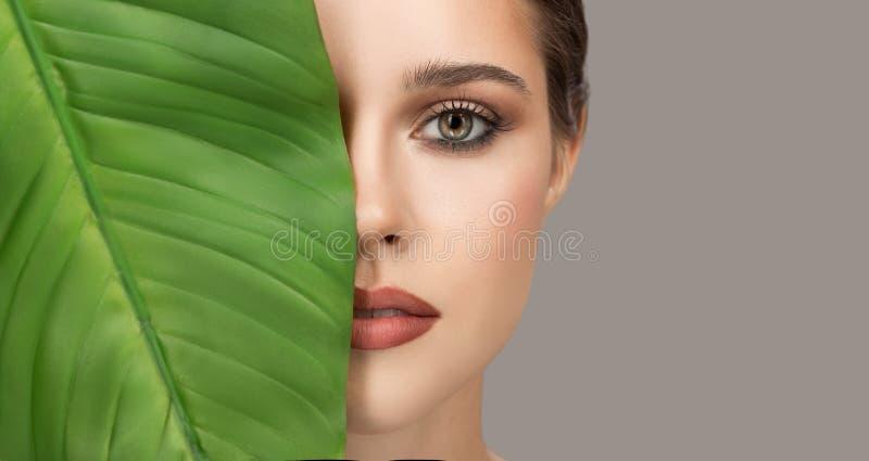 Portrait de femme et de feuille verte Beaut? organique image stock