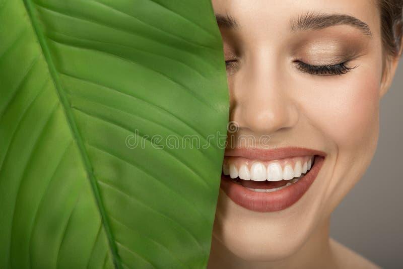 Portrait de femme et de feuille verte Beaut? organique photographie stock