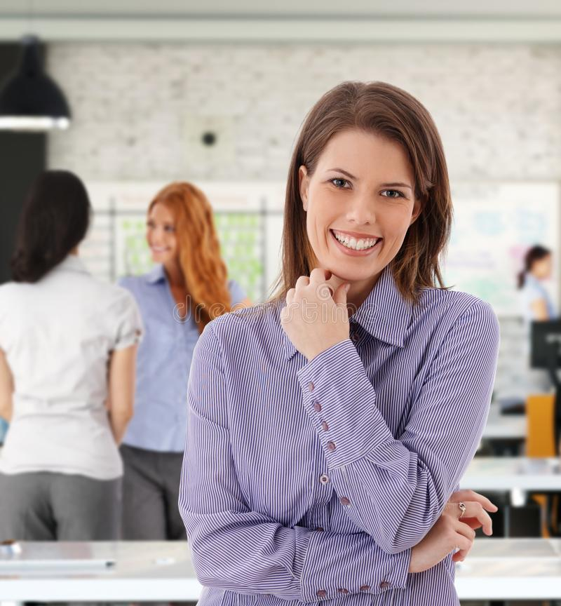 Portrait de femme heureuse au bureau image stock