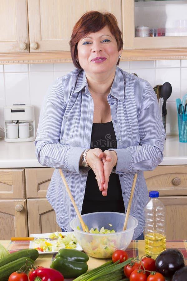 Portrait de femme heureuse avec de la salade photographie stock libre de droits
