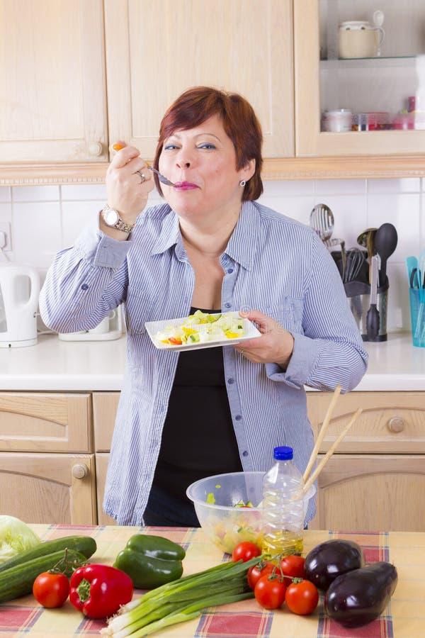 Portrait de femme heureuse avec de la salade image libre de droits