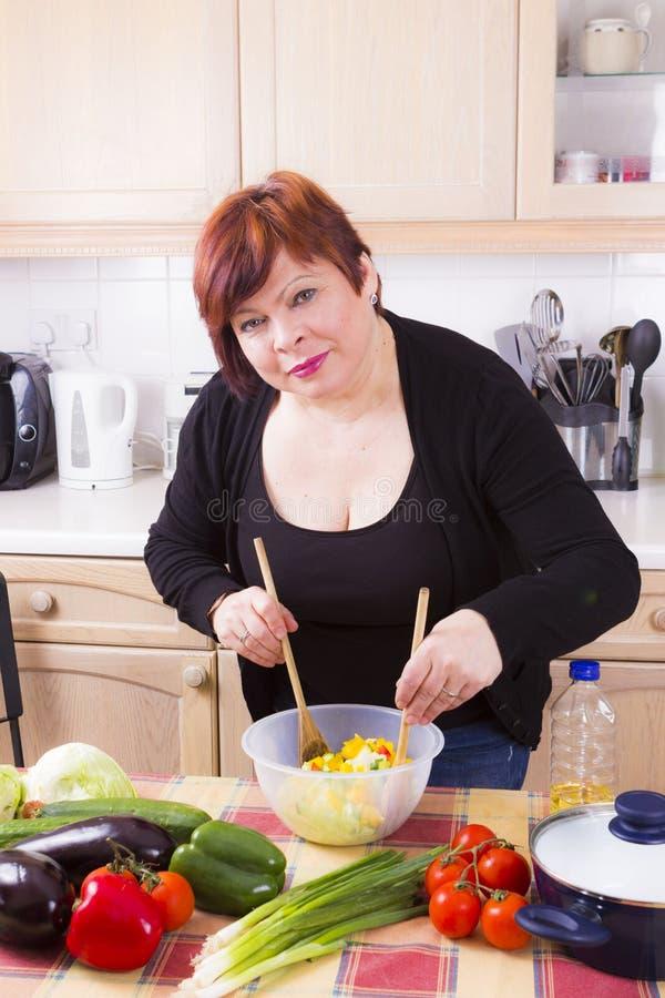 Portrait de femme heureuse avec de la salade images libres de droits
