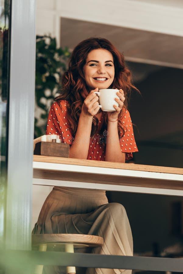 portrait de femme heureuse avec la tasse de café aromatique photographie stock