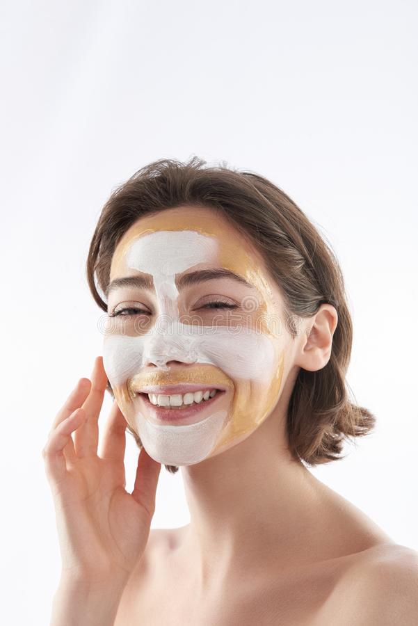 Portrait de femme heureuse avec le masque cosmétique photo stock
