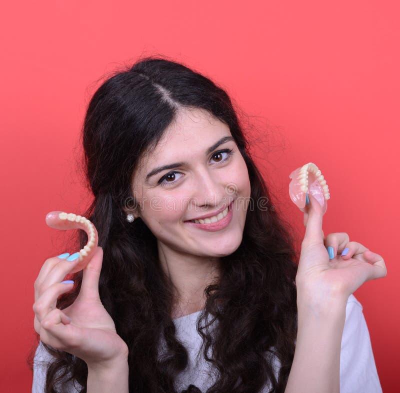 Portrait de femme heureuse avec le sourire sain tenant le dentier encore images libres de droits