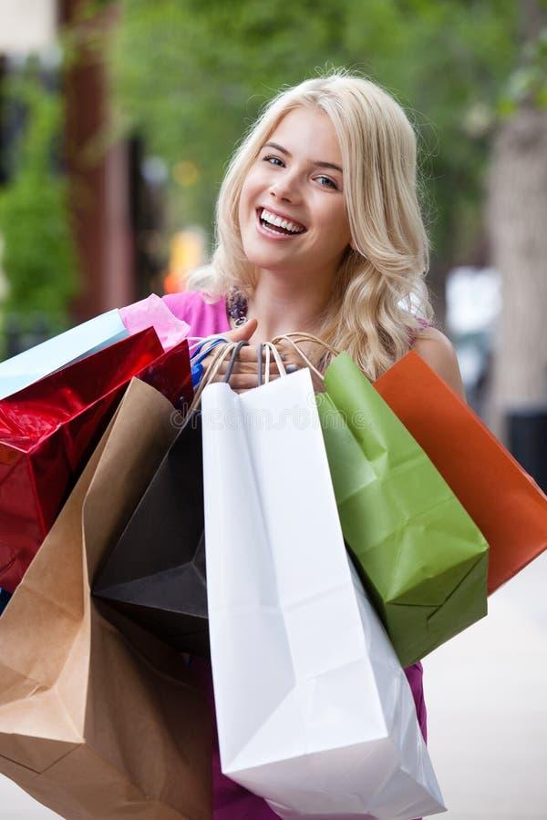 Portrait de femme heureuse d'achats photo libre de droits