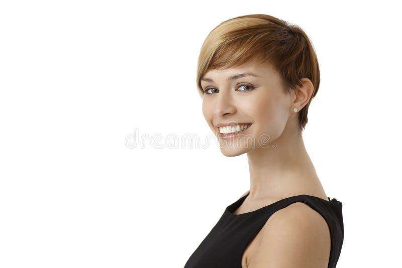 Portrait de femme heureuse dans la robe noire photo libre de droits