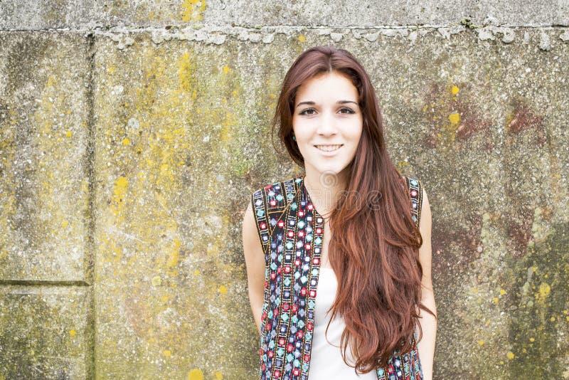 Portrait de femme hippie de sourire sur le fond urbain images libres de droits