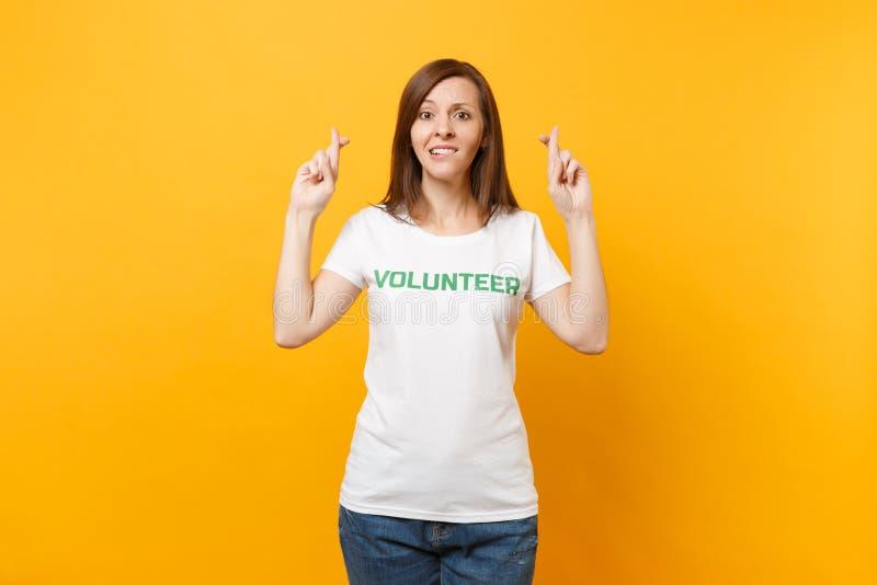 Portrait de femme intéressée d'espoir confus dans le T-shirt blanc avec le volontaire écrit de titre de vert d'inscription d'isol photographie stock