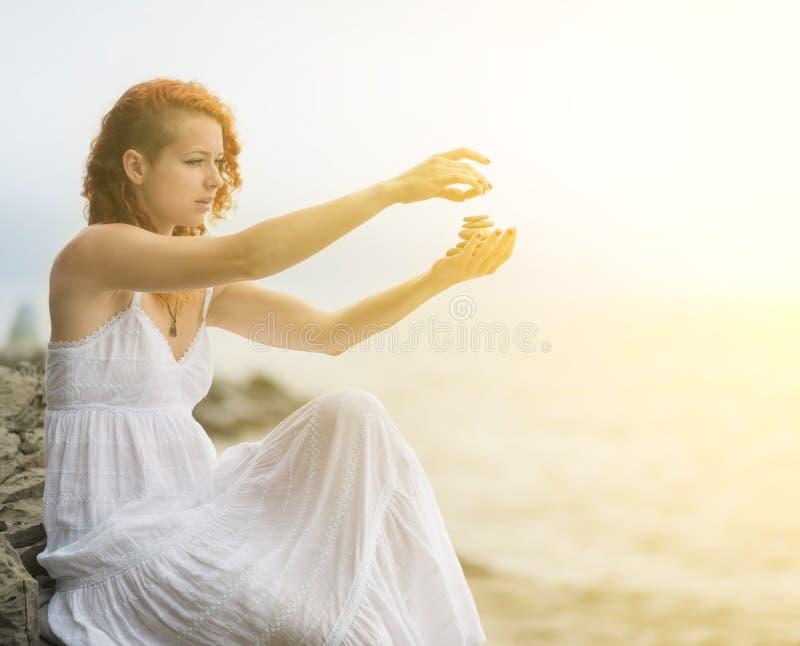 Portrait de femme jugeant des pierres de zen disponibles images libres de droits