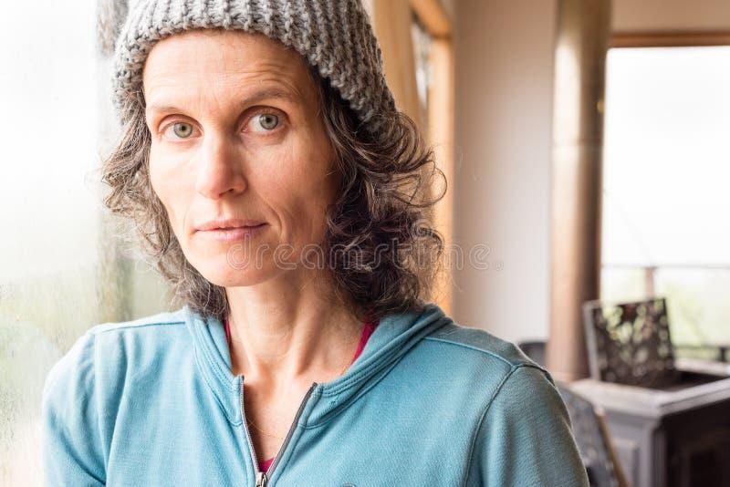 Portrait de femme mûre dans le chapeau gris image libre de droits