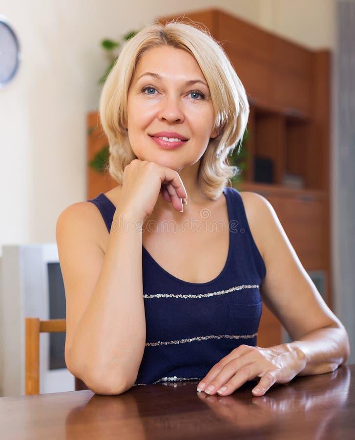 Portrait de femme mûre de sourire image libre de droits