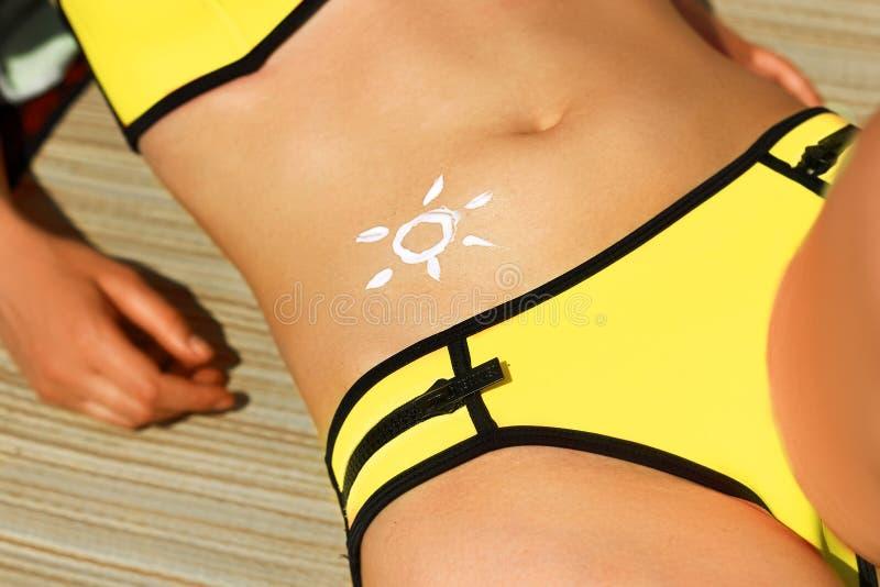 Portrait de femme magnifique dans le bikini avec le soleil tir? sur un estomac ? la plage photos libres de droits