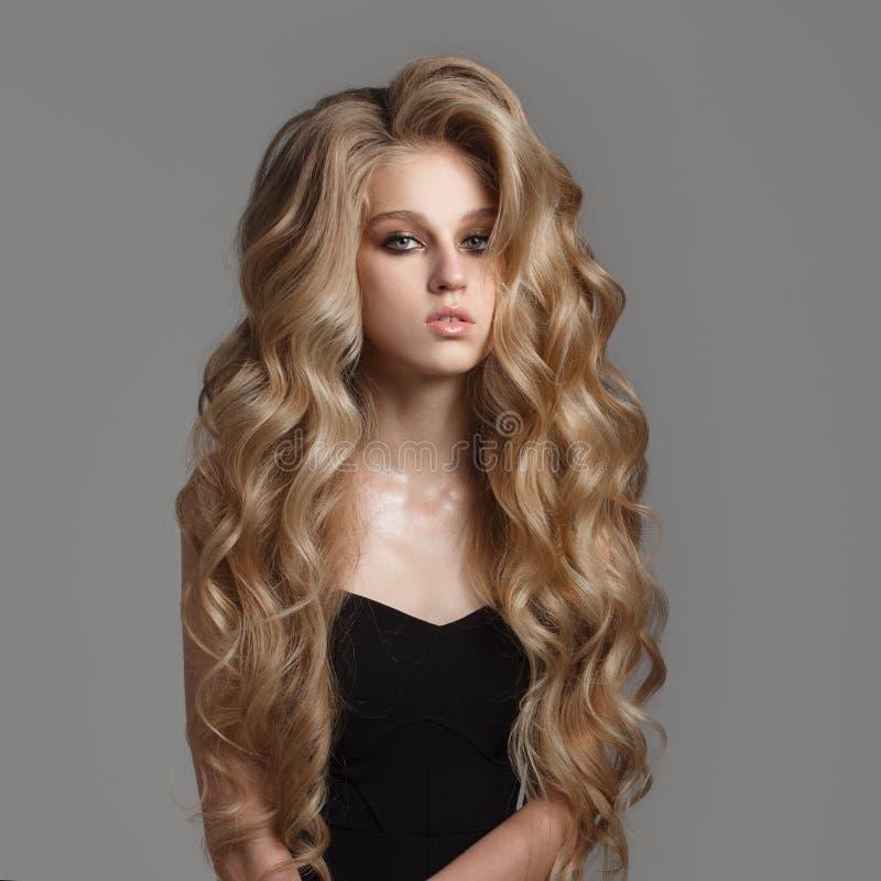 Portrait de femme mignonne avec de longs cheveux onduleux photo libre de droits