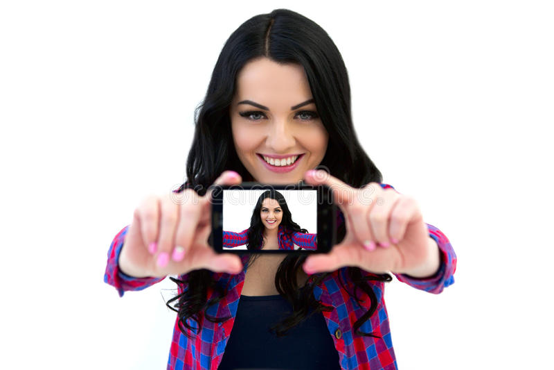 Portrait de femme mignonne faisant la photo de selfie sur le smartphone image libre de droits