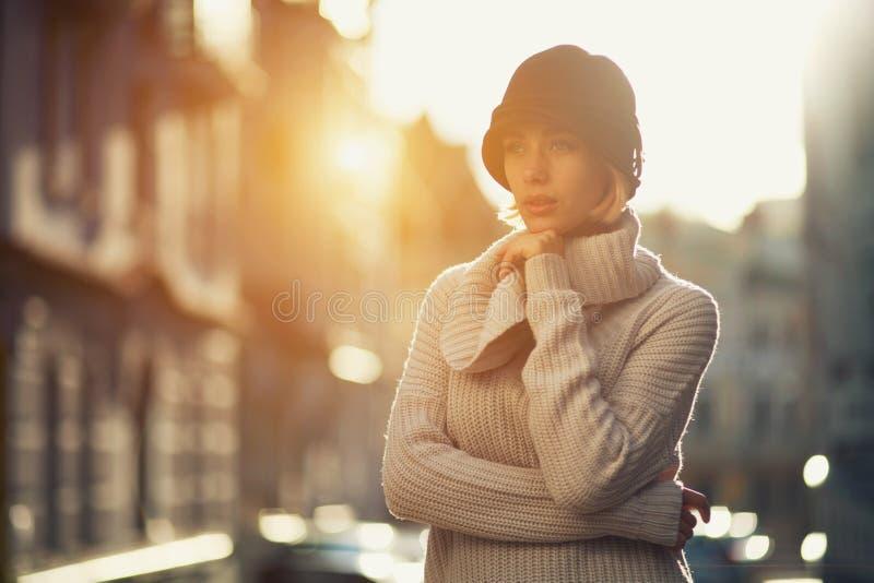 Portrait de femme de mode de jeune fille dans un chandail tricoté dehors images stock