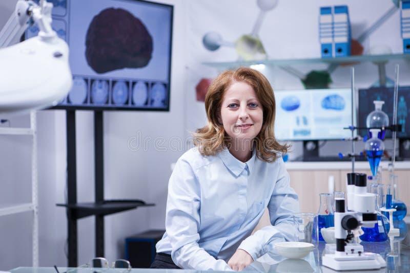 Portrait de femme de Moyen Âge dans un laboratoire de scientifique image stock