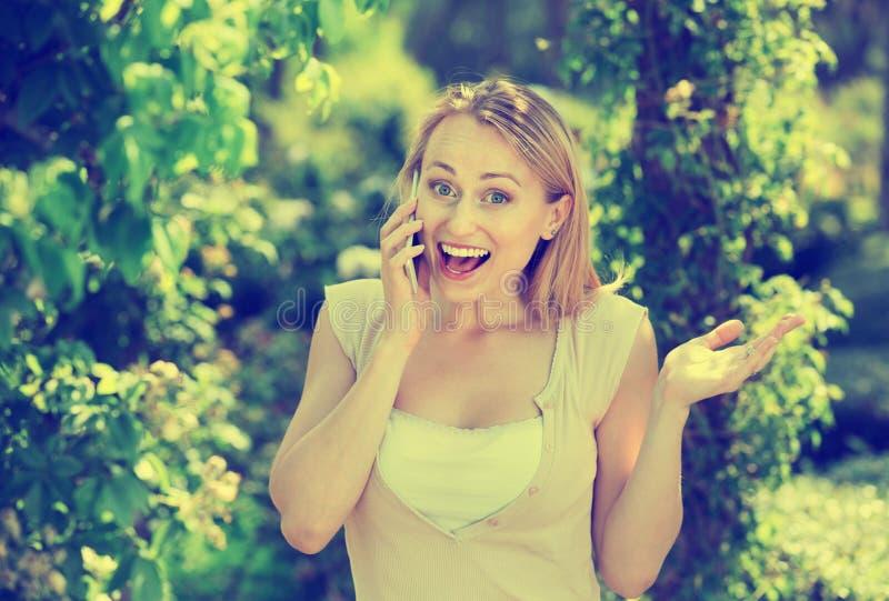 Portrait de femme parlant du téléphone portable le jour d'été image libre de droits