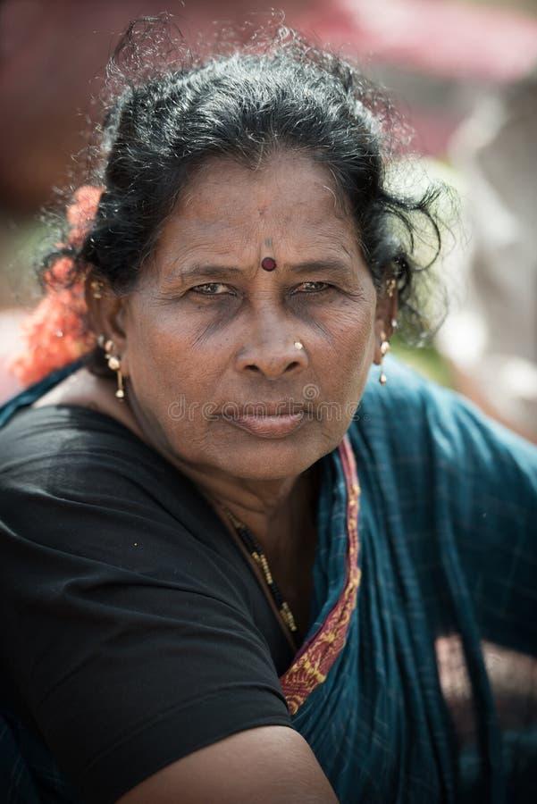 Portrait de femme plus âgée indienne sur le marché local de matin chez Hospet images libres de droits