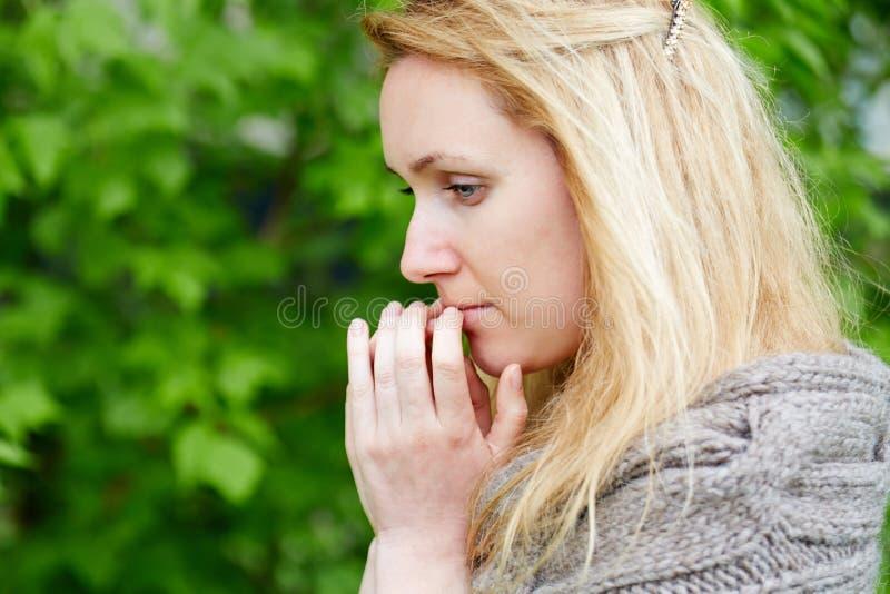 Portrait de femme réfléchie dans la veste tricotée à la main photo stock