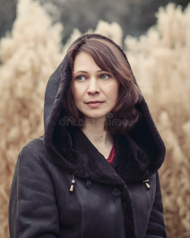 Portrait de femme se reposant dehors images stock