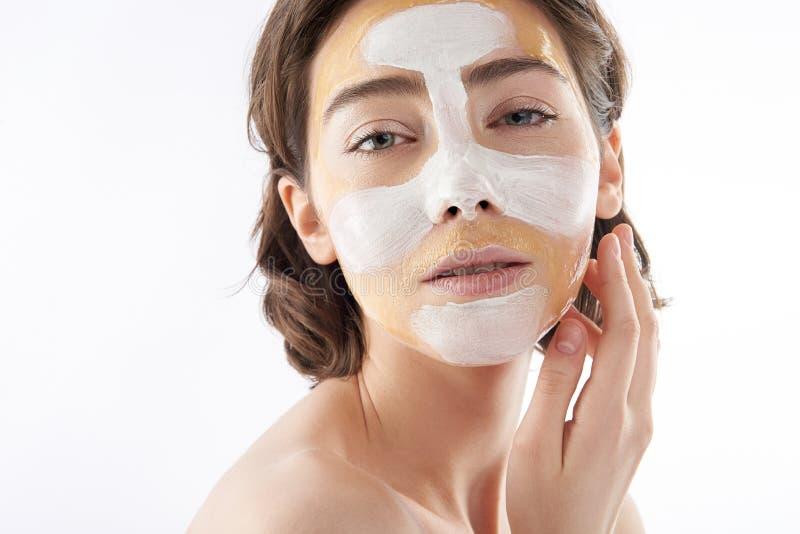 Portrait de femme sensuelle avec le masque cosmétique photos libres de droits
