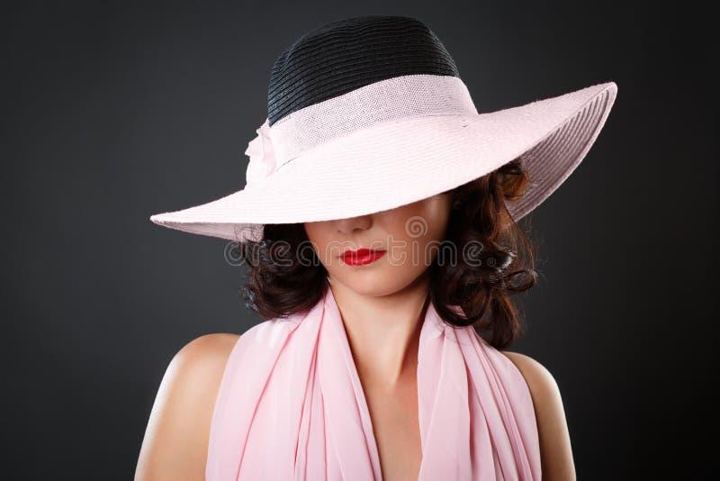 Portrait de femme sexy attirante avec le chapeau image stock