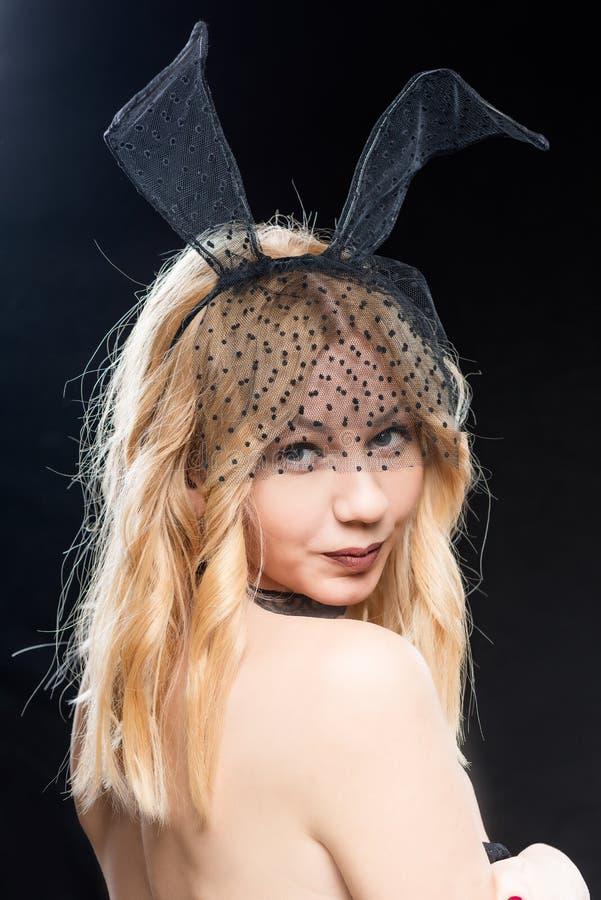 Portrait de femme sexy avec le dos nu dans un masque et avec le lapin photos libres de droits