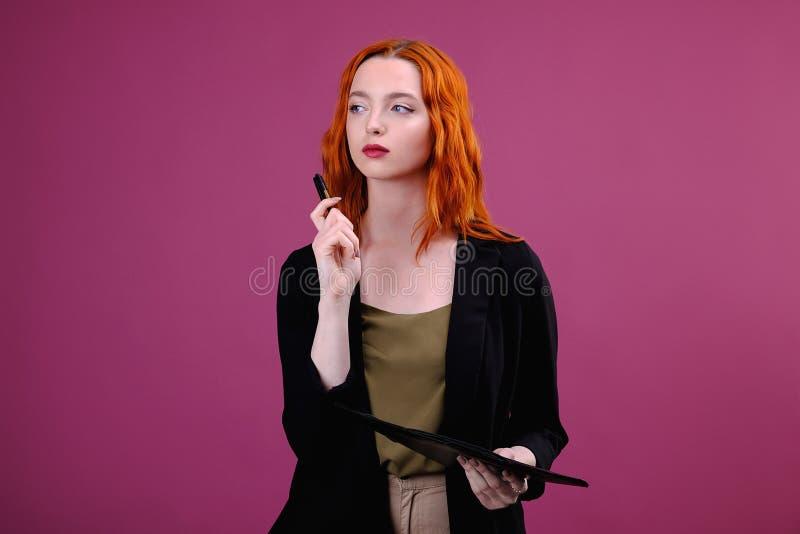 Portrait de femme de sourire d'affaires avec le dossier de stylo et de papier Jeune jolie ?criture de travailleur quelque chose e photo libre de droits